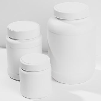 Wysoko widoczne plastikowe butelki proszku białkowego
