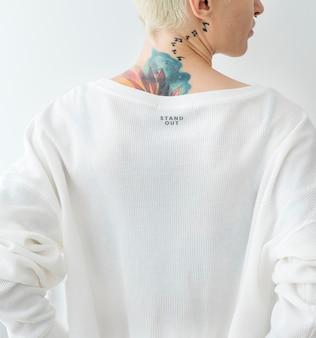 Wytatuowana kobieta ubrana w białą makietę koszulki
