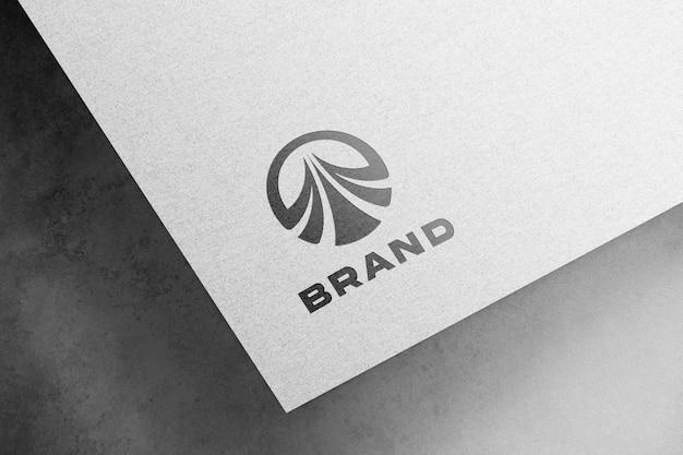 Wytłoczona makieta logo na białym papierze