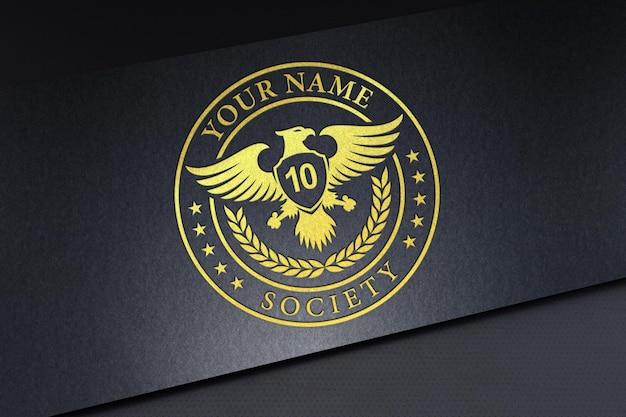 Wytłoczona makieta logo na czarnym teksturowanym papierze