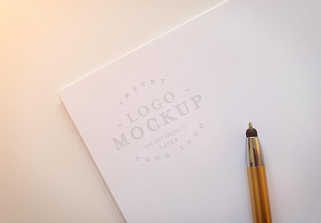 Wytłoczone logo na stosie papieru makieta