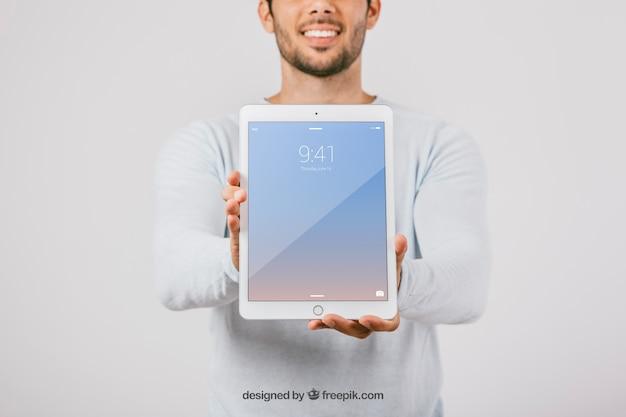 Wzbogacić projekt z mężczyzną, trzymając pionową tabletkę