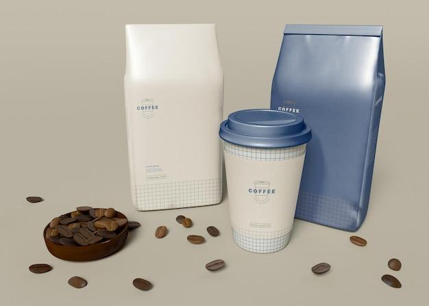 Zabierz filiżankę kawy i makietę papierowej torby