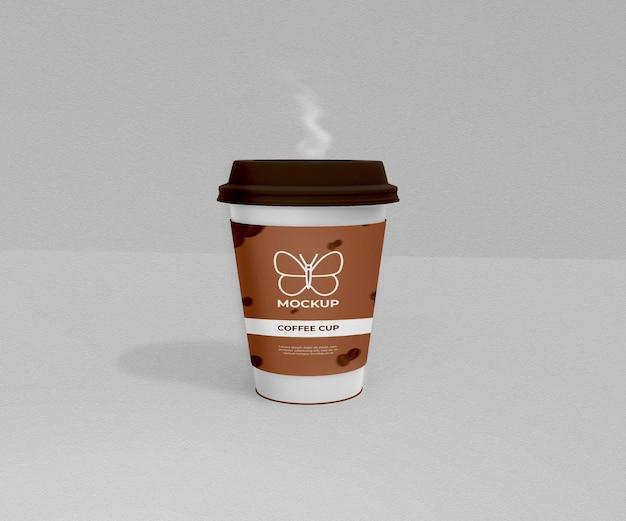Zabierz papierową filiżankę kawy z dymem