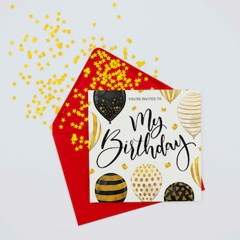 Zadowolony urodziny kolorowy list i koperta z konfetti