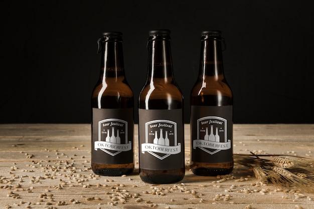 Zakończenie piwne butelki na drewnianym stole