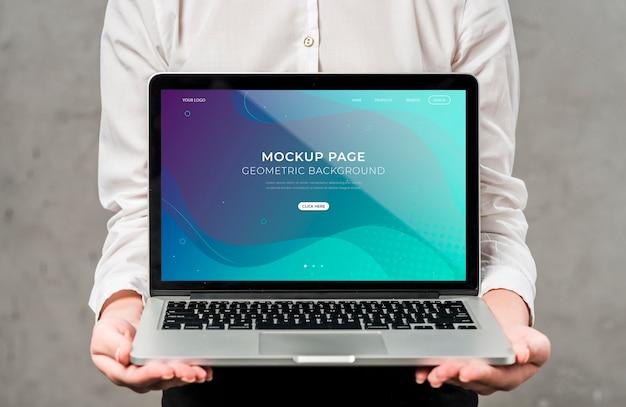 Zakończenie przedsiębiorca trzyma laptop