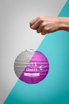 Zakończenie ręka trzyma purpurową papierową lampę