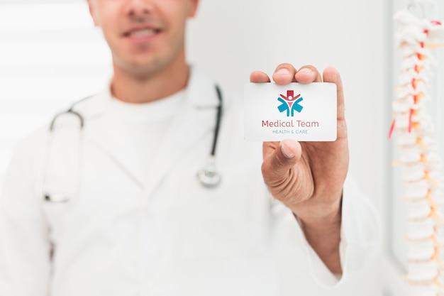 Zamazany mężczyzna trzyma próbną kliniczną kartę