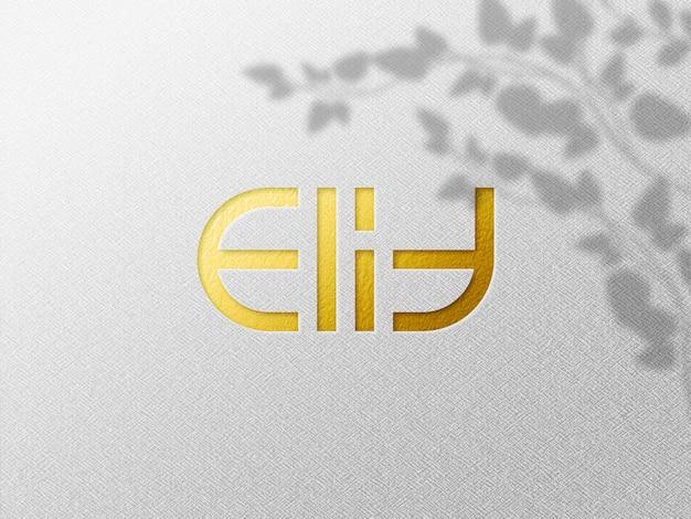 Zamknij się na luksusowej makiecie wytłoczonego logo ze złotej folii na prasowanym papierze