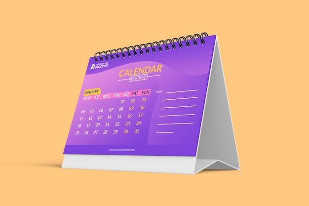 Zamknij się na makiecie kalendarza biurko na białym tle