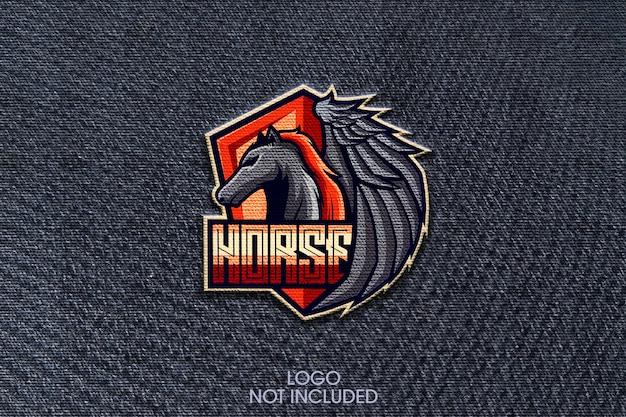 Zamknij się na makiecie logo haftu na szmatce