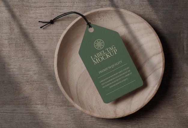 Zamknij się na makiecie tagu etykiety w drewnianej misce