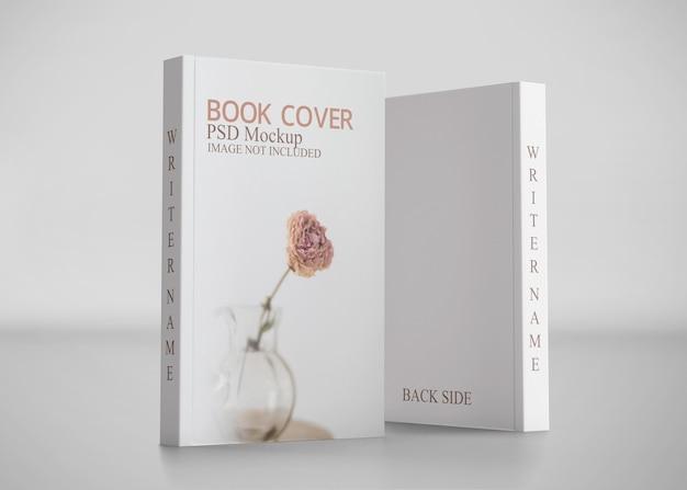 Zamknij się na makieta książki na białym tle