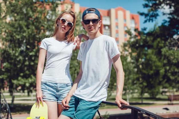 Zamknij się na młoda para ubrana makieta t-shirt