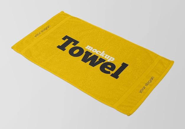Zamknij się na ręcznik makieta na białym tle