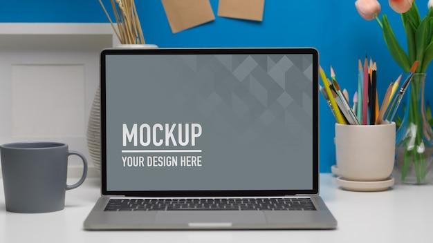 Zamknij widok gabinetu domowego z makietą laptopa