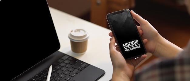 Zamknij widok kobiety za pomocą makiety smartfona