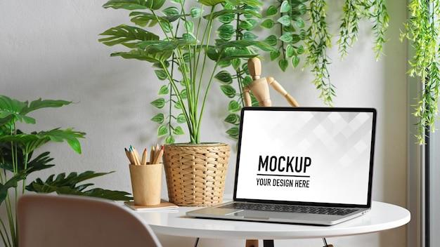 Zamknij widok makiety laptopa na stolik kawowy