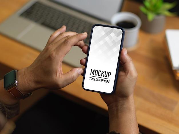 Zamknij widok męskich rąk za pomocą makiety smartfona