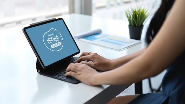 Zamknij widok młodej bizneswoman pisać na maszynie na laptopie makieta