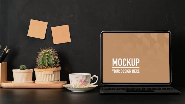 Zamknij widok obszaru roboczego z makietą laptopa, kubkiem kawy i materiałami eksploatacyjnymi