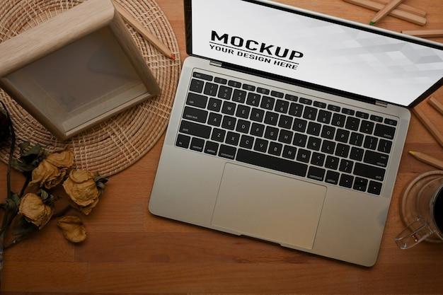 Zamknij widok obszaru roboczego z makietą laptopa w biurze domowym