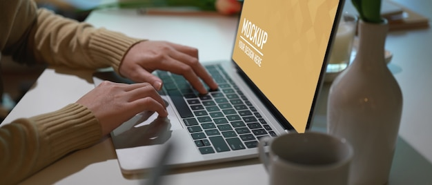 Zamknij widok obszaru roboczego z makietą laptopa w pokoju biurowym w domu