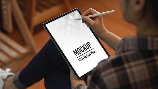 Zamknij widok pracownica za pomocą makiety cyfrowego tabletu z piórem rysikiem