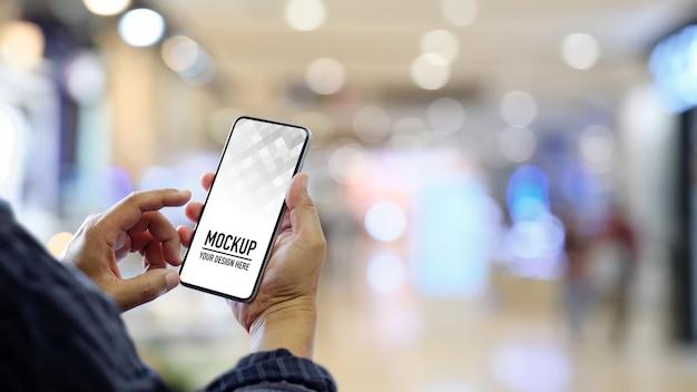 Zamknij widok rąk za pomocą smartfona