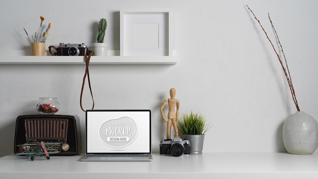 Zamknij widok współczesnego stołu roboczego z laptopem makieta