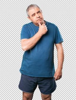 Zamyślony dojrzały mężczyzna