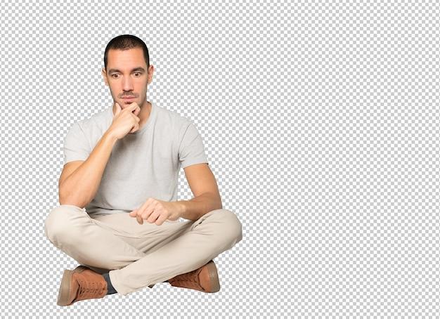 Zaniepokojony młody człowiek pozowanie na białym tle