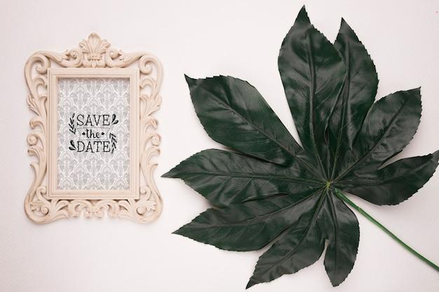Zapisz datę makiety rocznika ramki i liści