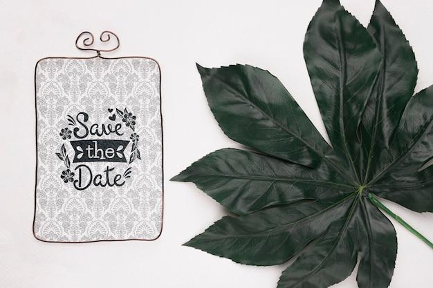 Zapisz makietę daty i świeży naturalny liść