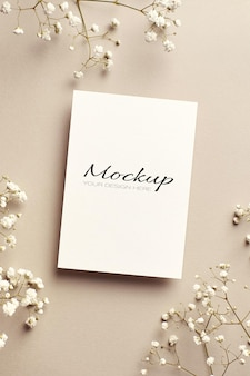 Zaproszenie na ślub lub kartkę z życzeniami stacjonarna makieta z białymi kwiatami hypsophila