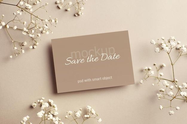 Zaproszenie na ślub lub makieta z życzeniami z białymi kwiatami hypsophila
