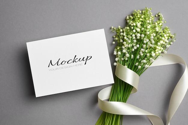 Zaproszenie na ślub lub makieta z życzeniami z bukietem kwiatów konwalii ze wstążką