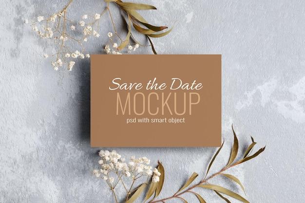 Zaproszenie na ślub lub makieta z życzeniami z gałązkami eukaliptusa i gipsówki