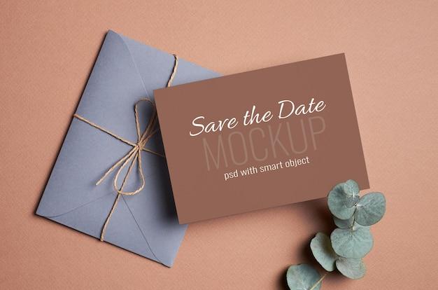 Zaproszenie na ślub lub makieta z życzeniami z kopertą i gałązką eukaliptusa