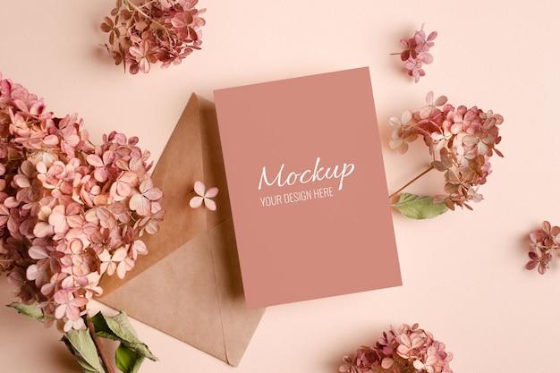 Zaproszenie na ślub lub makieta z życzeniami z różowymi kwiatami hortensji