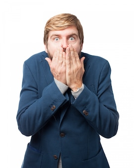 Zaskoczony biznesmen obejmujące usta