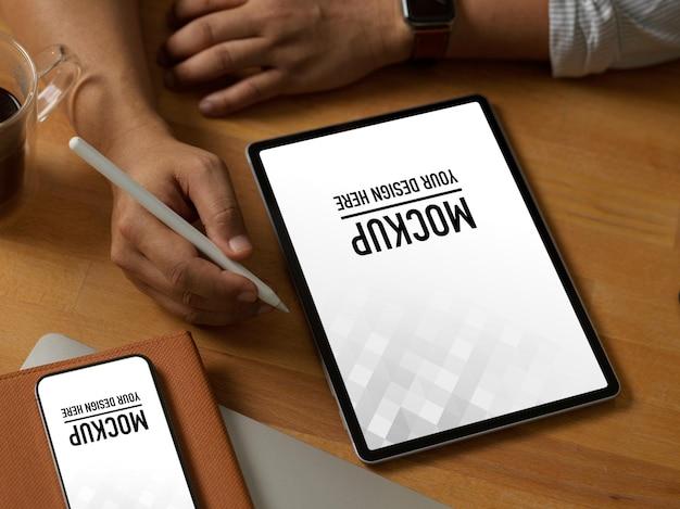 Zbliżenie biznesmen za pomocą makiety notebooka i smartfona