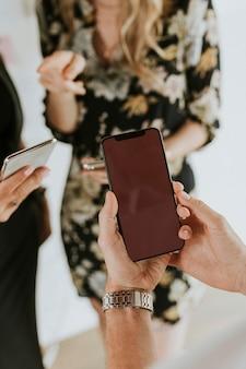 Zbliżenie biznesmen za pomocą makiety telefonu komórkowego