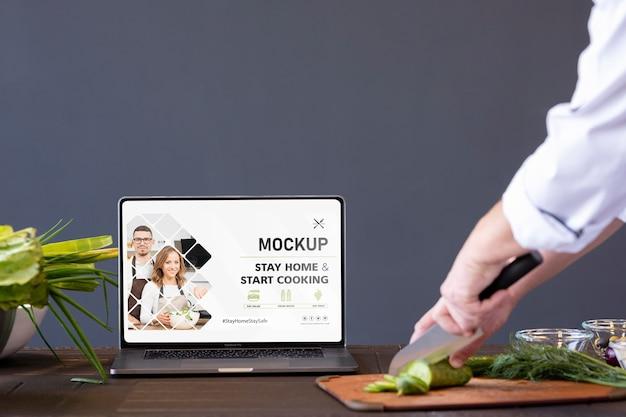 Zbliżenie dłoni cięcia warzyw nożem