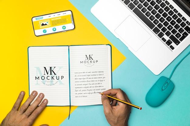 Zbliżenie dłoni pisania na notebooku