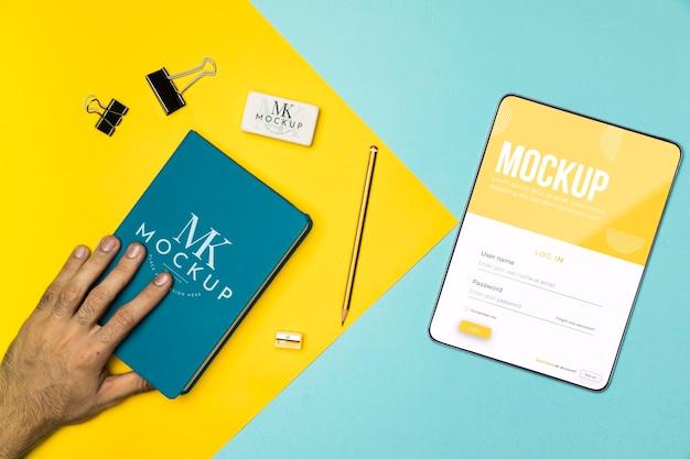 Zbliżenie dłoni trzymając notebook