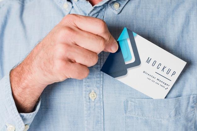 Zbliżenie dłoni trzymającej wizytówkę