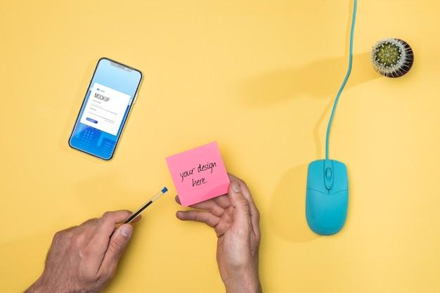 Zbliżenie dłoni z karteczkami samoprzylepnymi i długopisem