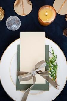 Zbliżenie karty z pozdrowieniami świątecznymi